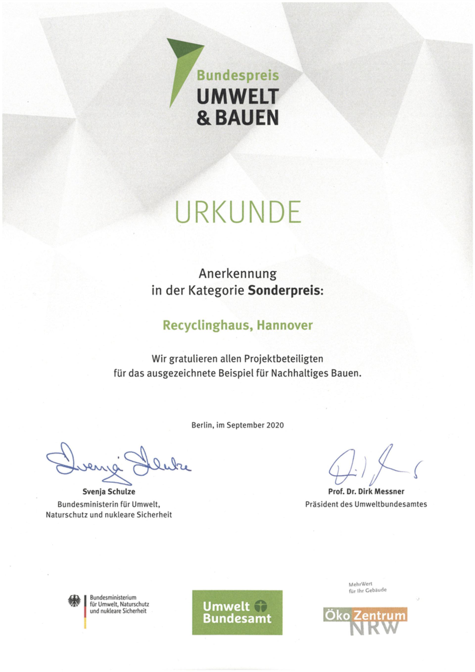 """Recyclinghaus am Kronsberg erhält Sonderpreis """"UMWELT UND BAUEN"""" vom Bundesministerium für Umwelt, Naturschutz und nukleare Sicherheit (BMU)"""