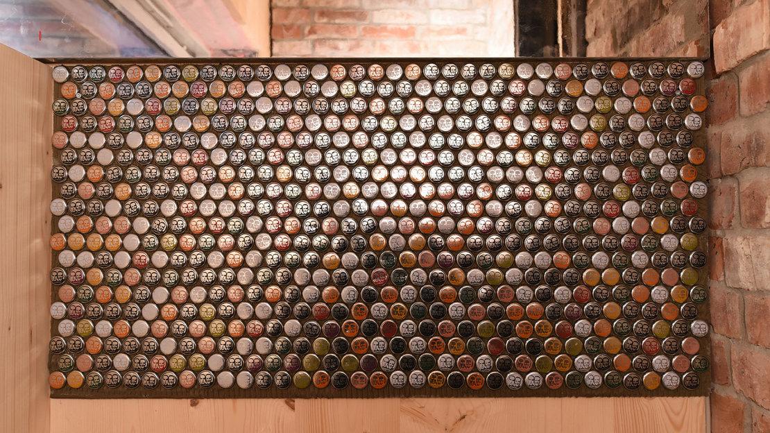 Recyclinghaus am Kronsberg_Fliesenspiegel aus Kronkorken_Gundlach Hannover